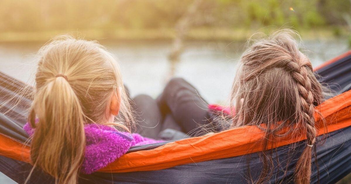 Barátság, intimitás, meghittség, bizalom, valódi együttlét, spontaneitás, kapcsolat, nevetés, felszabadultság, elfogadás.